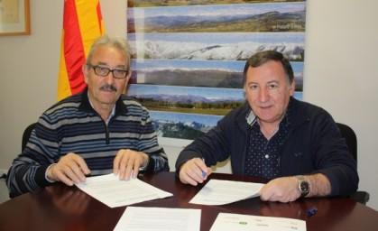 Cirera i Aranda signant la cessió del fons empresarial.
